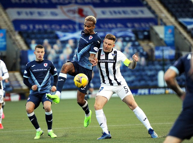 Manny Duku and Euan Murray tussle in the Fife derby (Pic: Fife Photo Agency)