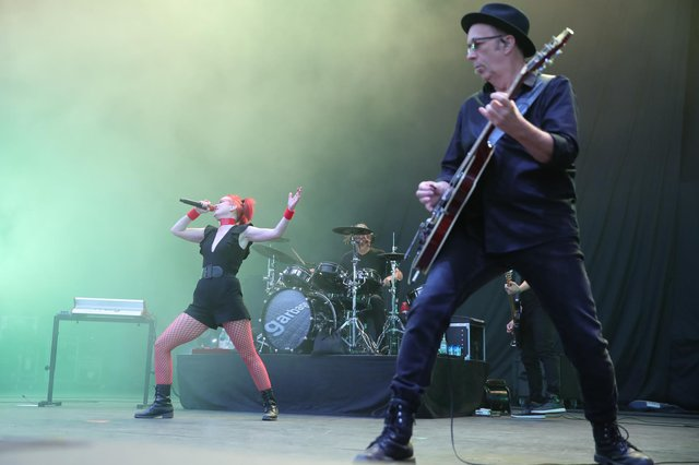 Shirley Manson with Garbage in full performance mode