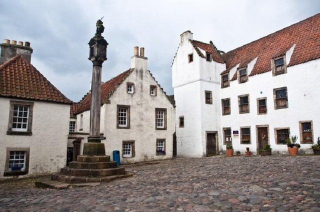 The Stephen Memorial Hall is located close to Mercat Cross, Culross (pictured). Credit: Phillip Capper via Flickr,