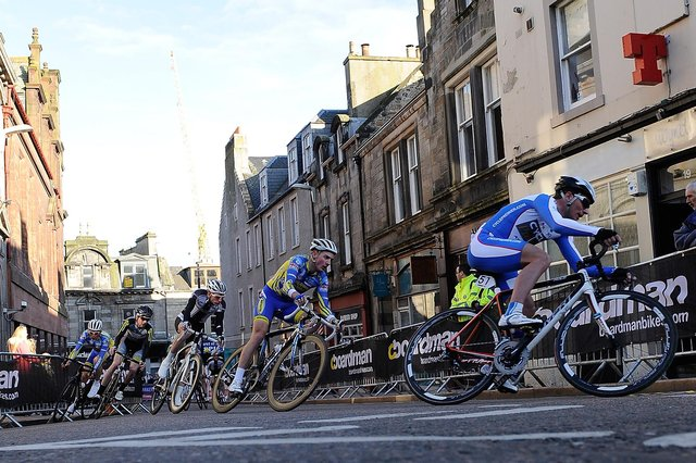 Cyclists race up Kirk Wynd (Pic: Neil Doig/Fife Free Press)