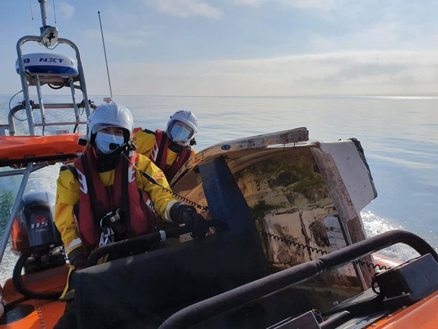 Kinghorn lifeboat crew return with the yacht tender recovered from the Forth (Pic: Kinghorn RNLI)