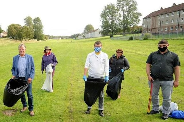 Keep Our Fields Tidy group on a previous litter pick last September, (from left to right) David Torrance MSP, Cllr Lesley Backhouse, Kieran Patterson, Yvonne Gilfillan and Peter Docherty. Pic: Fife Photo Agency.